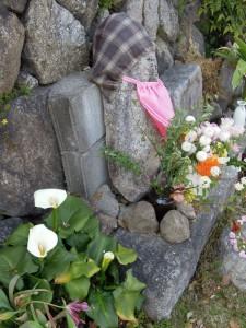 桜の季節 三条大橋たもと鴨川の地蔵
