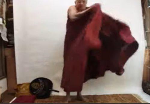 ミャンマーのお坊様の袈裟の着方。