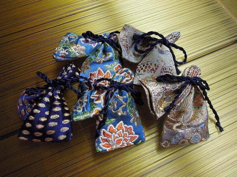 西陣織 金襴 正絹 に包まれた山田松香木店の匂い袋