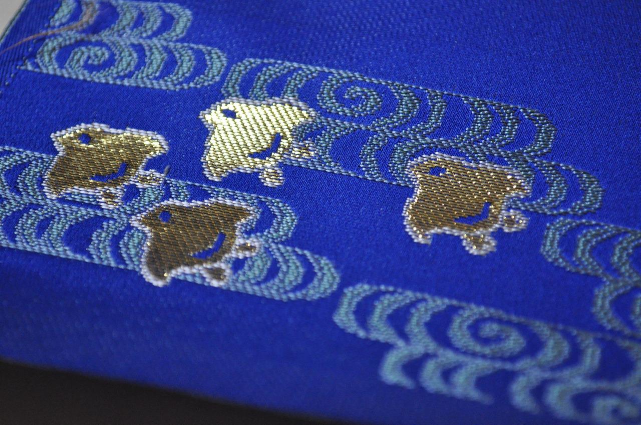 西陣織 金襴 正絹 金沢産本金箔糸引箔 金襴地の匂い袋~青地 流水千鳥紋様