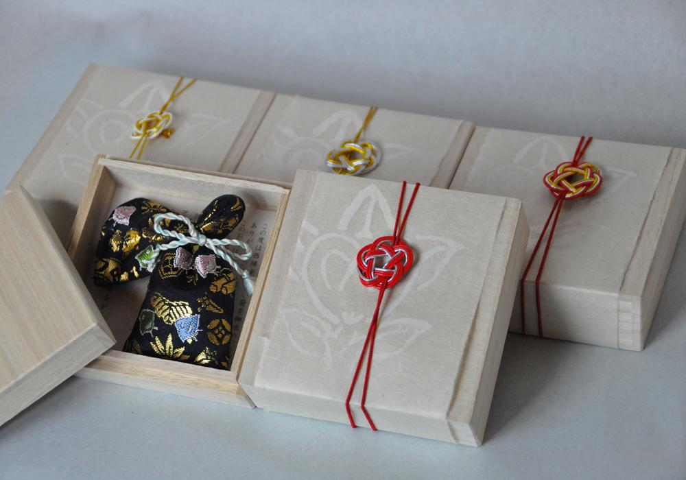 金襴織屋の匂い袋の包装