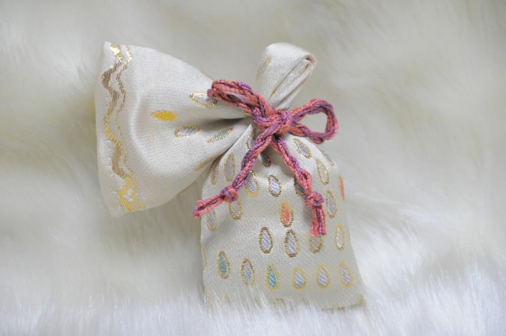 淡黄地 西陣金襴滴紋様 匂い袋A