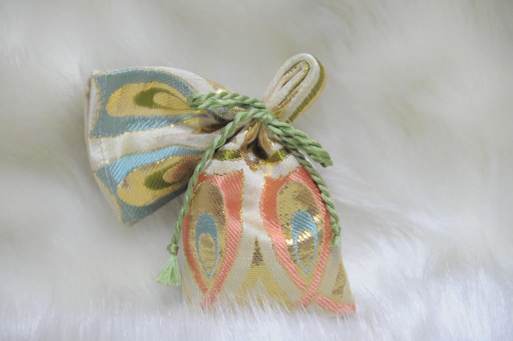 箔 金襴地の匂い袋~淡黄地 光箔 ピンク系