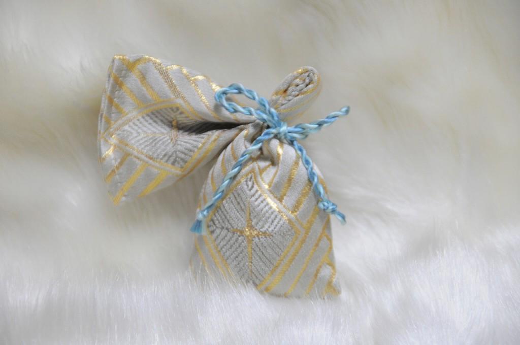 全正絹 金沢産本金箔糸引箔 金襴地の匂い袋~サビ朱地 菱つなぎ紋様 緯糸灰色