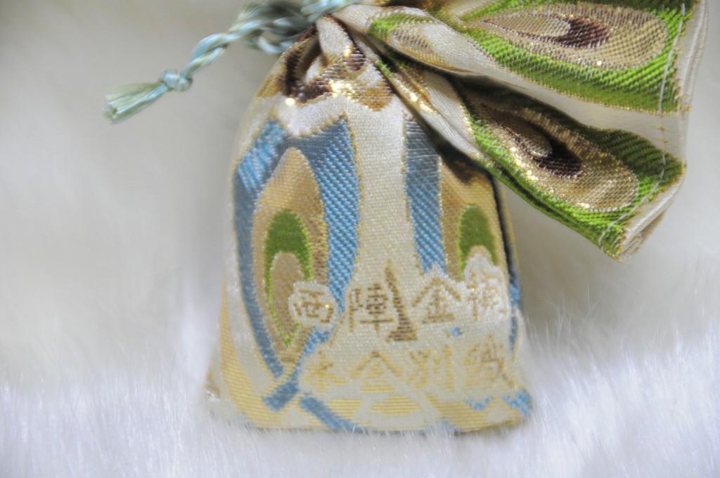 箔 金襴地の匂い袋~淡黄地 光箔 青系