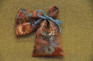 正絹本金 匂い袋~サビ朱地 蝶扇花紋様