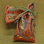 西陣織 金襴 正絹 金沢産本金箔糸引箔 金襴地の匂い袋~サビ朱地 羽重ね紋様