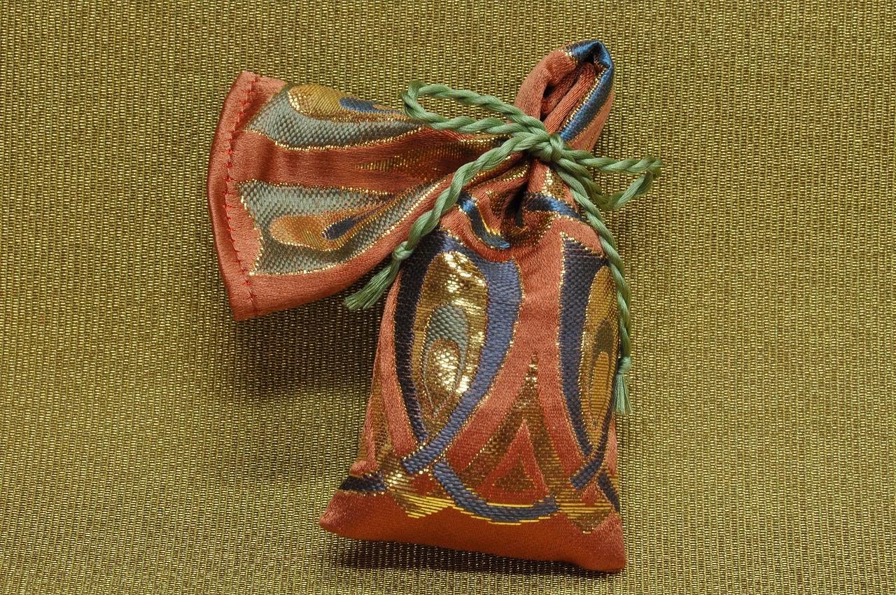 全正絹 金沢産本金箔糸引箔 金襴地の匂い袋~サビ朱地 羽重ね紋様