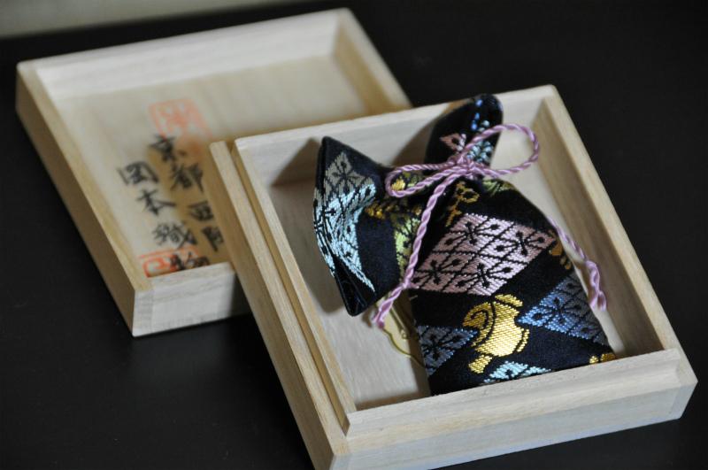 西陣金襴匂い袋~紺地 武田菱宝尽し紋様