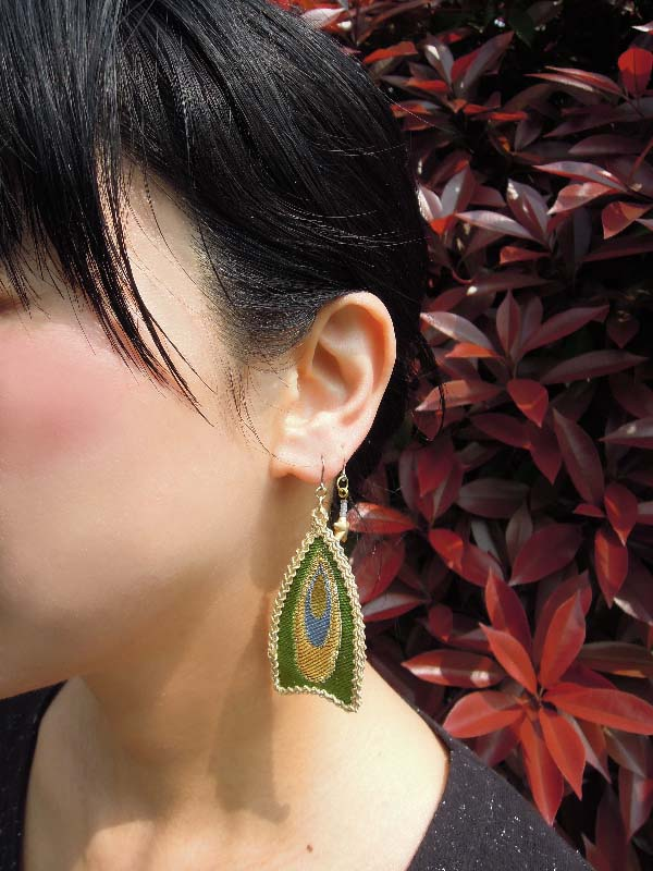 金襴織物を使った可愛い耳飾り~羽のピアス~西陣金襴羽重ね紋様使用