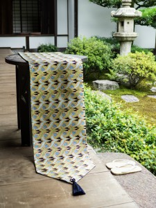 西陣金襴 燕矢紋様テーブルランナー