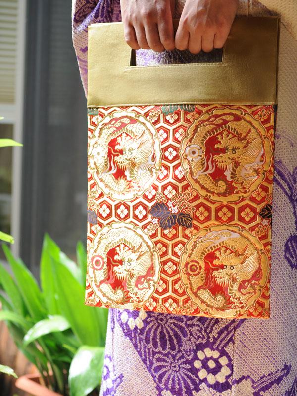 西陣織金襴 朱地亀甲鏡裏丸龍 二つ折りクラッチバッグ