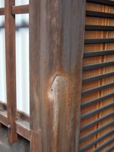 島原の揚屋 角屋 柱に残った新撰組の刀傷