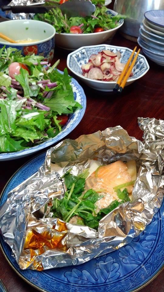 今日の金襴織屋の昼御飯。 ホイル蒸し(人参、小蕉、三つ葉、鮭、ごま油をちょっと)。 サラダ、西賀茂のラディッシュの塩糀漬けその他諸々。