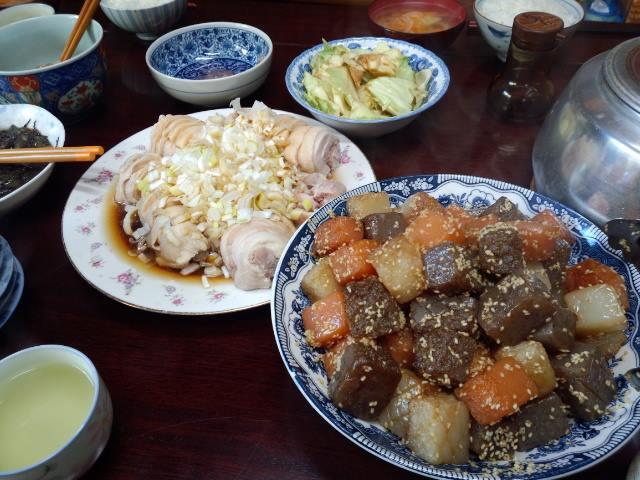 こんにゃくの雷炒めと、かしわの簡単ハムみたいなのに葱酢醤油かけ。カシワを茹でた時の出汁で玉ねぎスープ