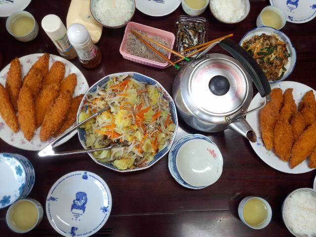 白身魚のフライ。人参、キャベツ、もやし、キノコたちの温野菜。