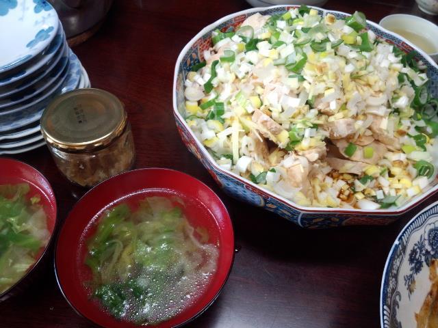 かしわを蒸し煮にしたものにねぎ生姜酢醤油をかけた油淋鶏の蒸し版
