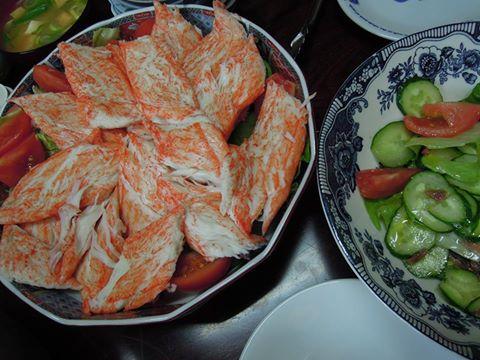 カニカマのサラダと、豆腐と厚揚げの味噌汁