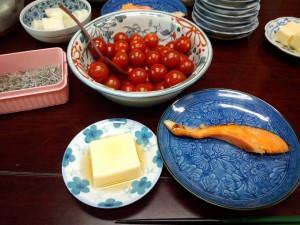 焼き鮭、卵豆腐、ミニトマトのちょっとピクルス