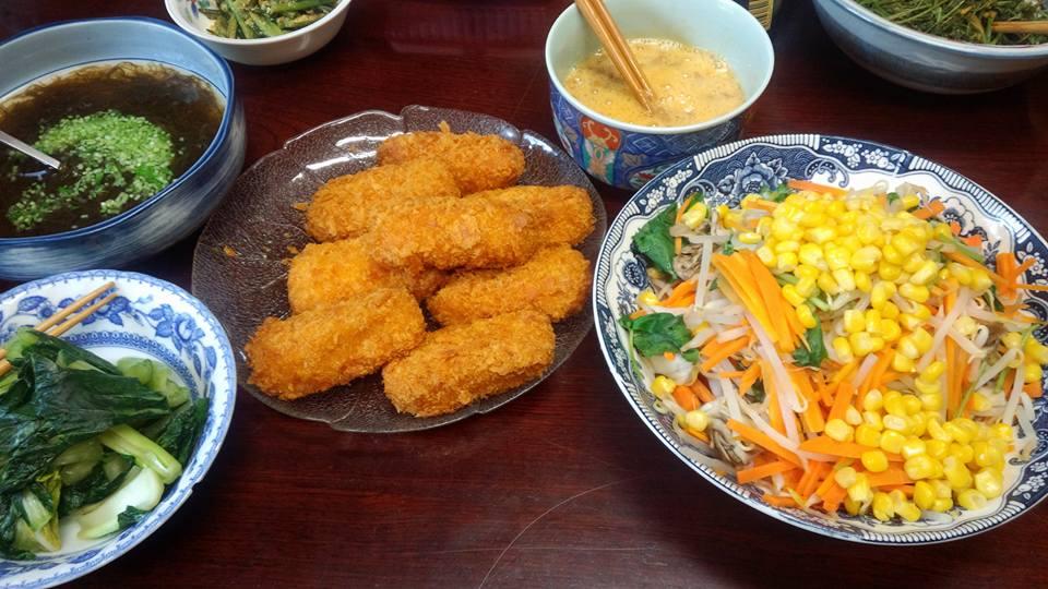 カニクリームコロッケ、もずく酢、もやし、人参、三つ葉のサラダ、その他諸々