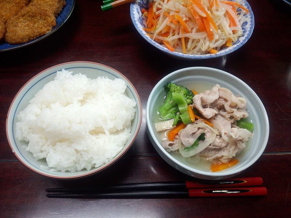鶏の手羽から採った出汁で生姜たっぷり豚肉スープ