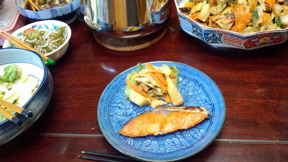 焼き鮭、野菜を蒸したんとお揚げさんの和え物