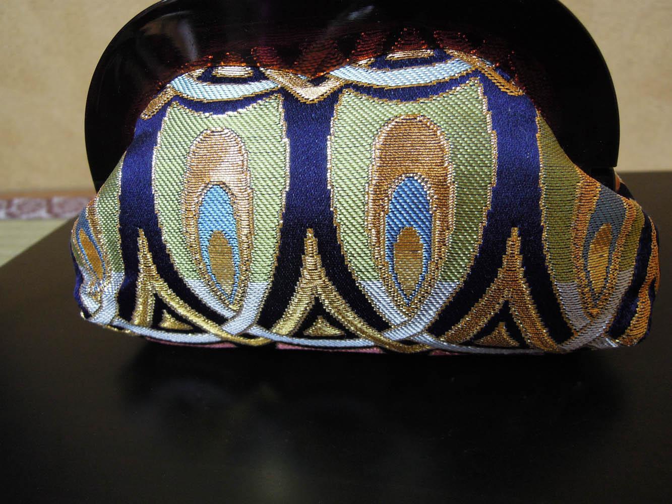 西陣金襴正絹 羽重ね紋様 プラスティックがま口バッグ 背面 小