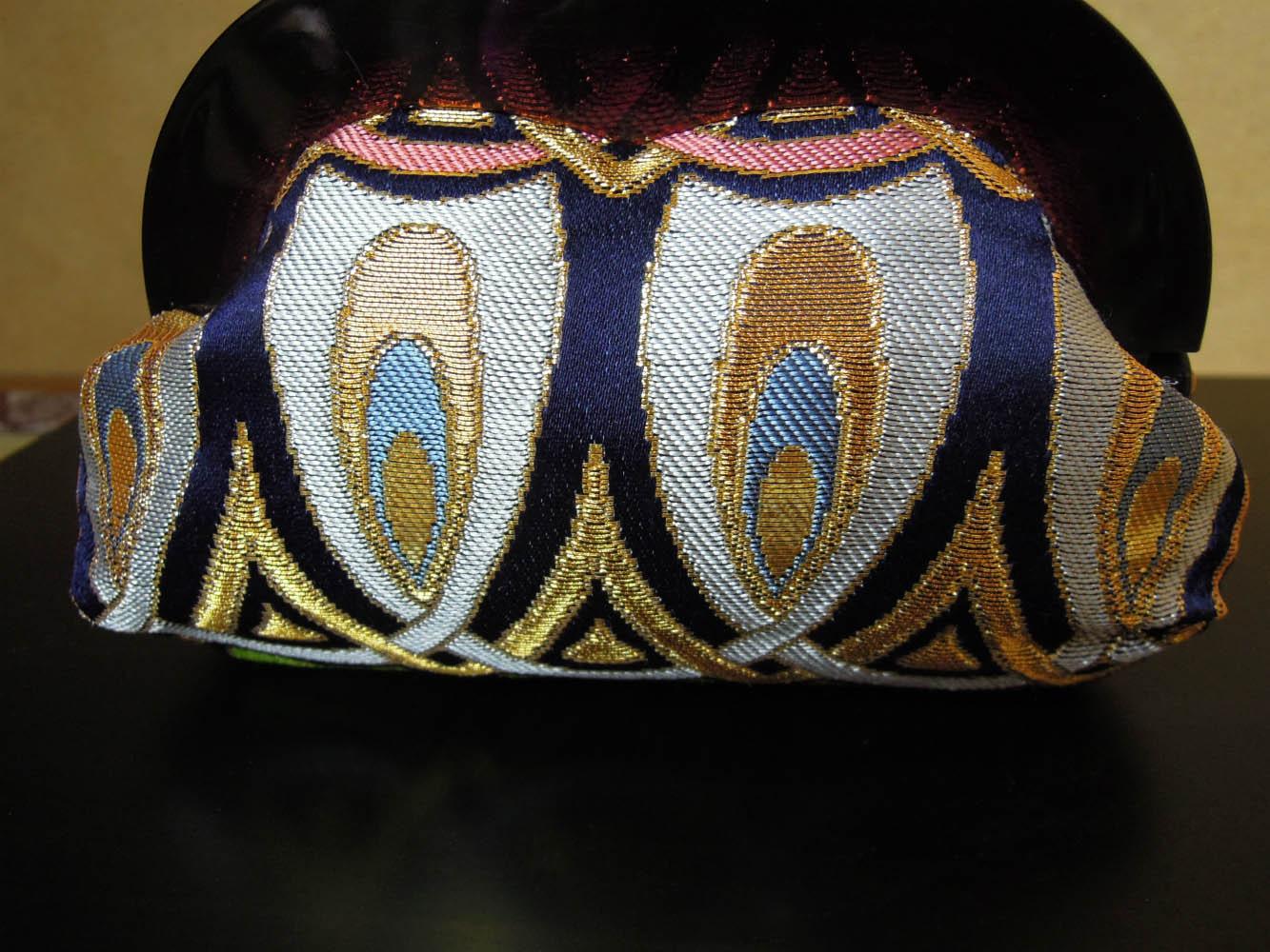 西陣金襴正絹 羽重ね紋様 プラスティックがま口バッグ 正面 小