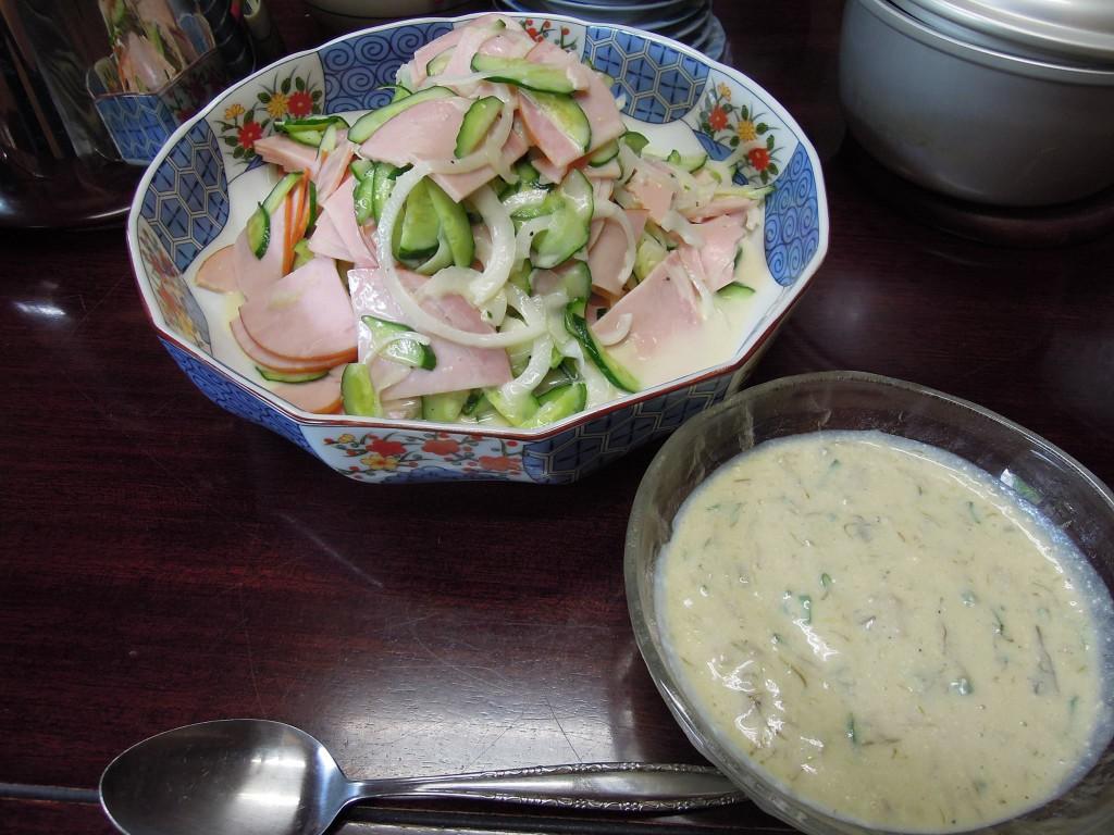 ビシソワーズ、ハムと玉ねぎ、きゅうりのサラダ。