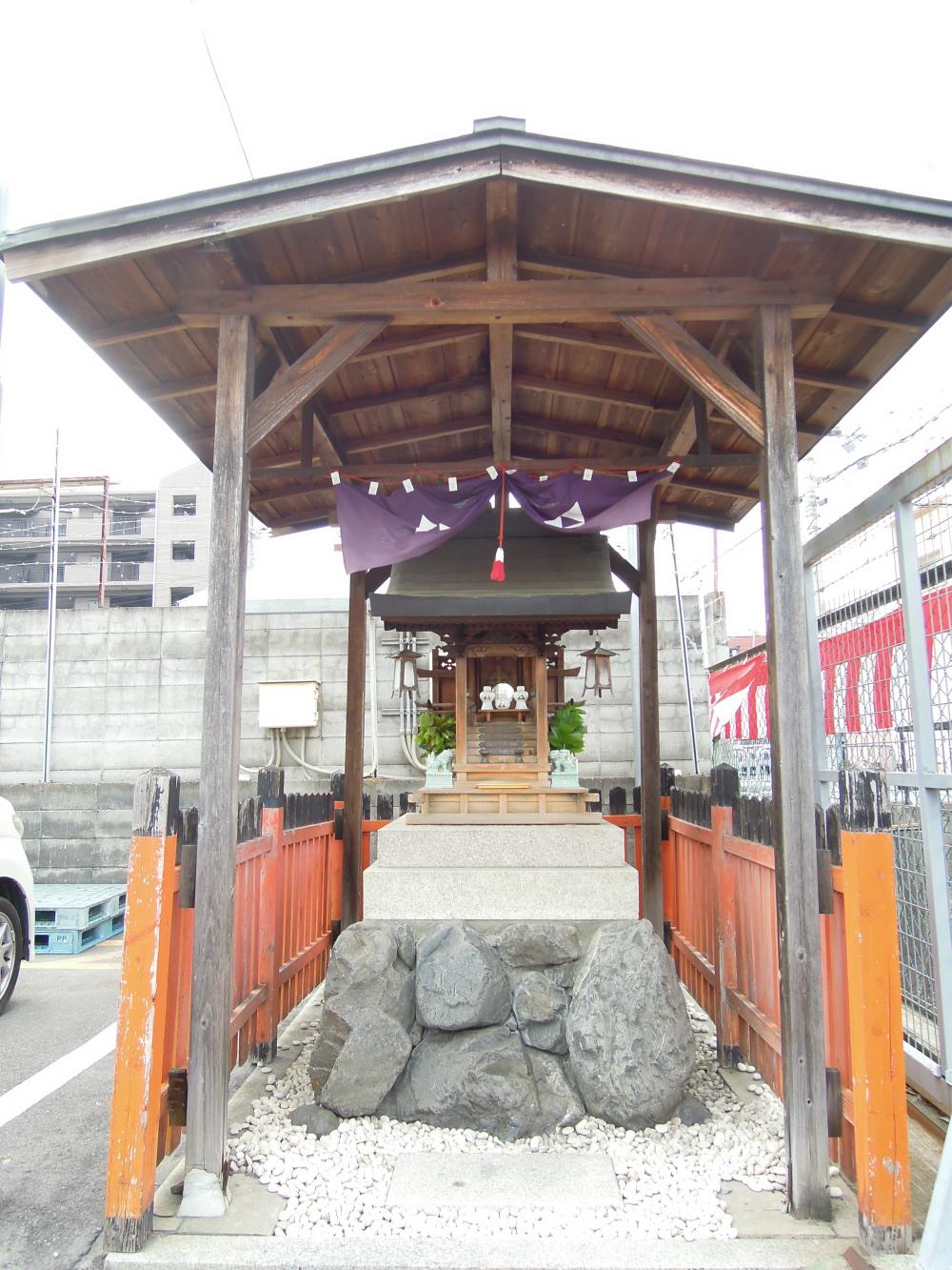 中京区三条通千本西入ル 卸売ひろば タカギ入り口の神様