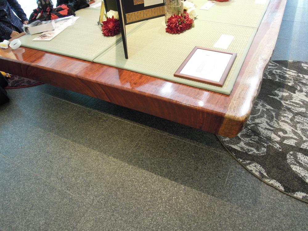 「天使の里 霞中庵」ブビンガの一枚板の巨大テーブル