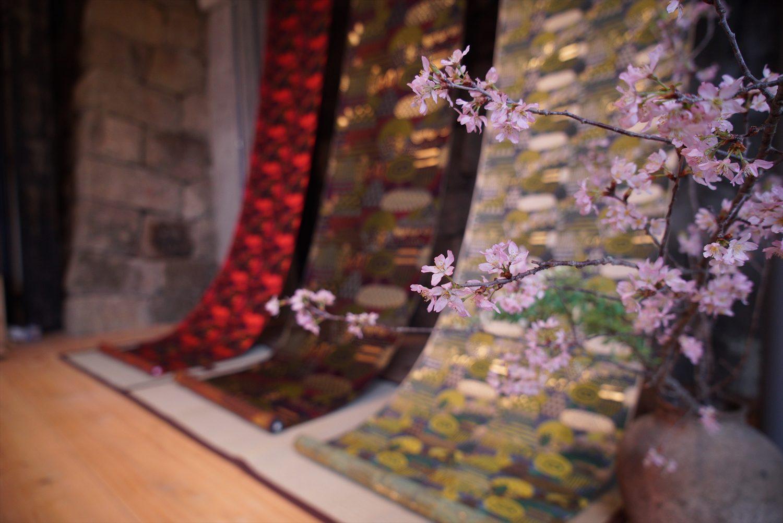 「西陣 岡本」と炭酸デザイン室のコラボレーション「光る山